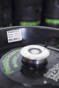 Für Mehrwegbehältnisse wie KEGs kommen oft wasserlösliche Etiketten zum Einsatz.