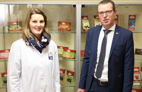 Steffen Kitzing, Vertriebsleiter Süd-Ost der Bluhm Systeme GmbH, bedankt sich bei Lisa Schreck, Marketing Manager der Heinerle Spiel- und Süßwaren GmbH/Schokoladenwerk Berggold GmbH, für die etwas mehr als 25 Jahre Zusammenarbeit beider Unternehmen.