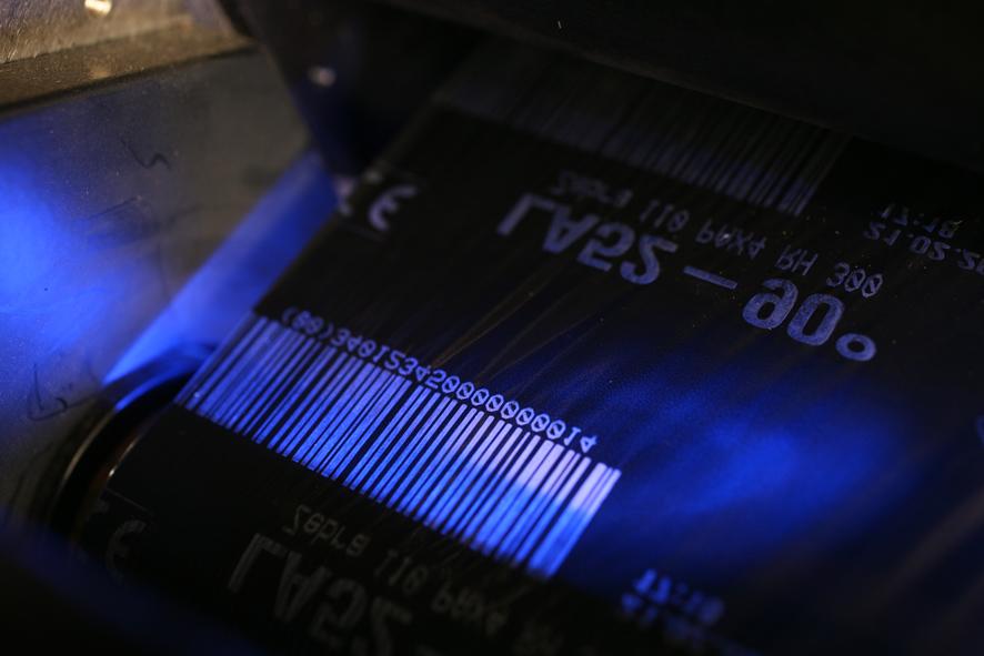 Beim Thermotransferdruck wird Farbe von einem Farbband auf das Etikett übertragen.