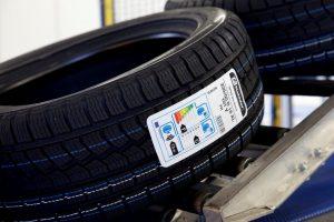 Etikettendruckspender bringen bei Continental die Reifen-Label vollautomatisch auf die Reifen auf.