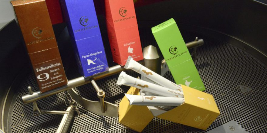 Sortenvielfalt: Jede Kaffeesorte erhält ein individuell bedrucktes Etikett.