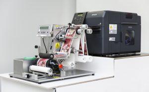 Die Geset 141 P ist eine halbautomatische Etikettiermaschine zum Etikettieren kleiner Chargen.