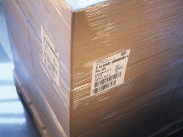 Etikettierte Kartonpalette mit Transportetiketten mit NVE