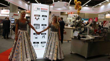 Ein Kleid aus Etiketten
