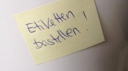 Etiketten mit Post-It's Kleber