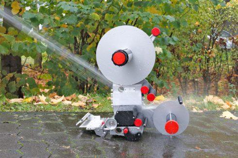 Alpha HSM Etikettierer wird mit Wasser abgespritzt