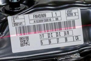 Barcode-Etikett auf einem Autobauteil