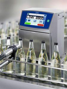 Tintenstrahldrucker Linx 8900 an der Produktionslinie von Getränkeflaschen