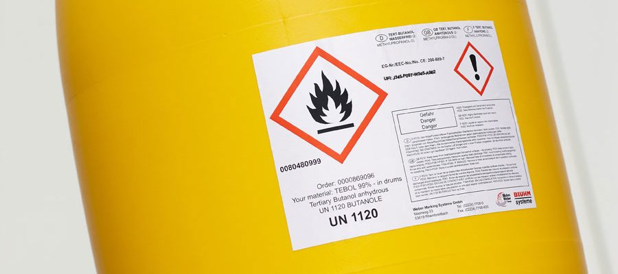 Fass mit Etikett zur Gefahrstoffkennzeichnung