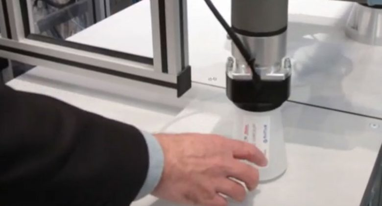 Sepro Roboter serviert Trinkbecher aus einer Spritzgießmaschine