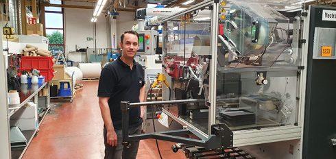 Bluhm Etikettenproduktion: Mitarbeiter an der Stanzmaschine