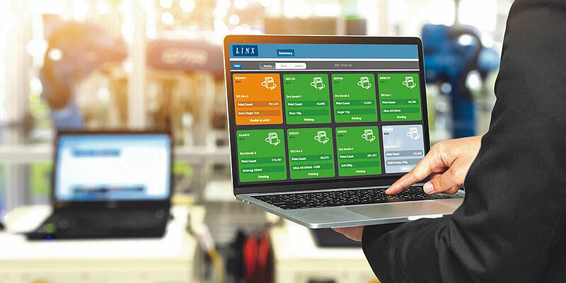 Linx PrinterNet Software auf dem Laptop in der industriellen Produktion