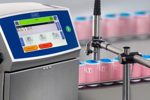 Industrieller Tintenstrahldrucker Linx 8900 beim Kennzeichnen an der Produktionsline Dosen